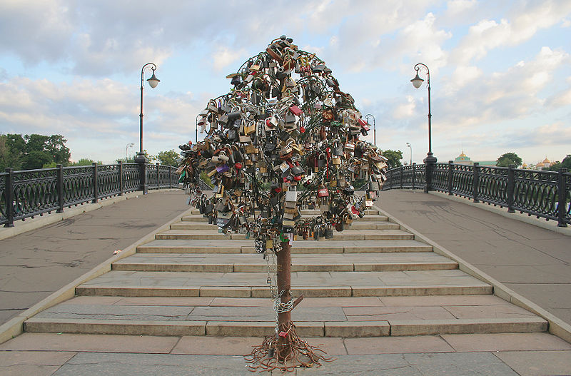 Moscow council provides lovelock trees on bridges across the Vodootvodny Canal
