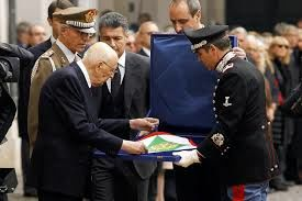 Napolitano receives the presidential flag, removed from the Quirinale on his resignation