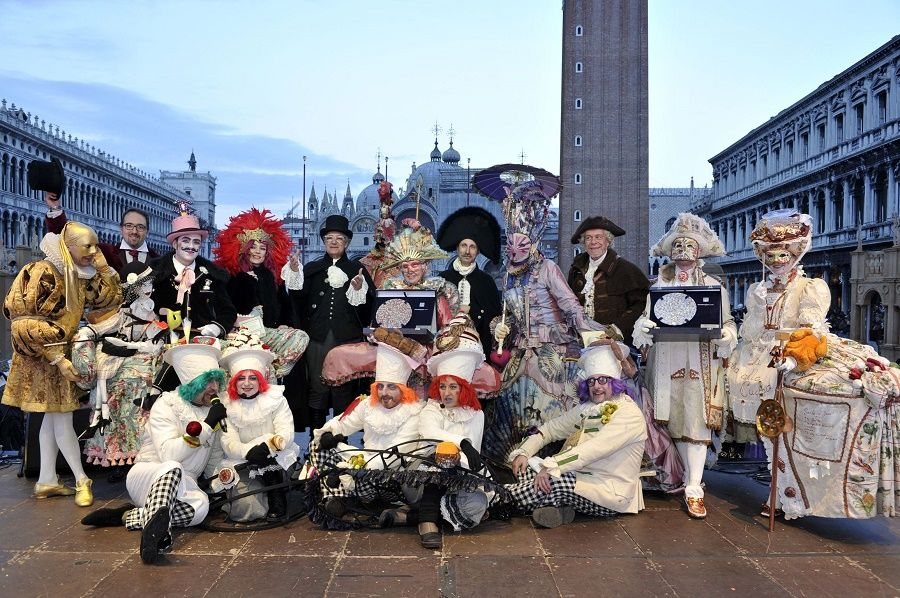 All the winners with the judging panel (Photo credit : Venice Carnival)