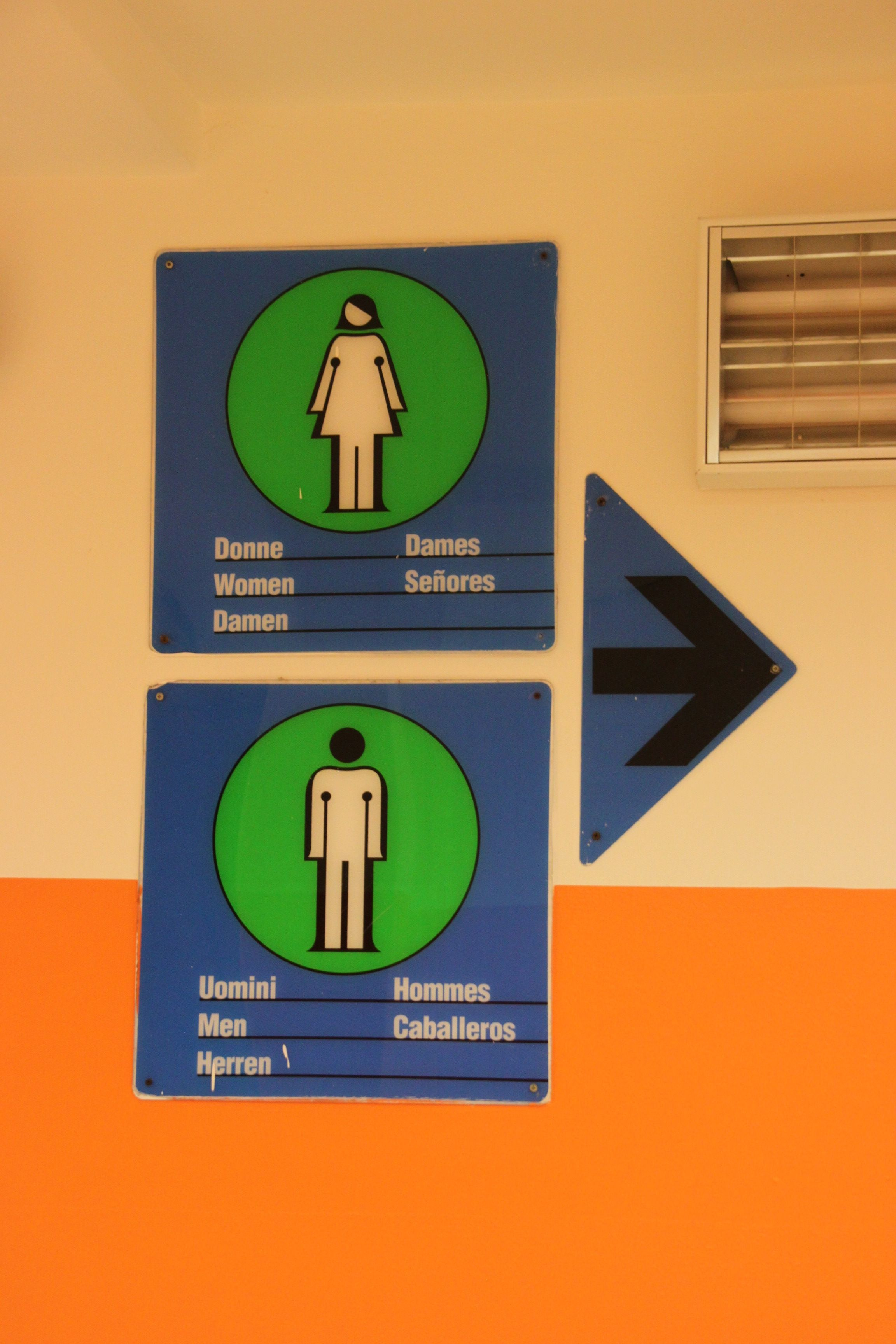 Donne e Uomini - signage pointing to the women's and men's restroom in Venice